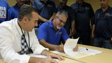 Photo of AEE firma acuerdo salarial con celadores de la UTIER