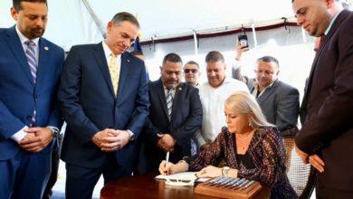 Photo of Gobernadora firma la nueva Ley de Armas